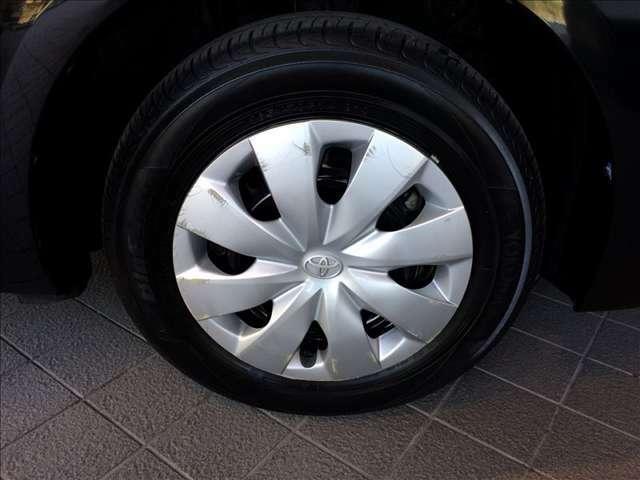 足回りは、スタイリッシュなホイールキャップに165-70-14インチのタイヤを装着しています★☆★☆