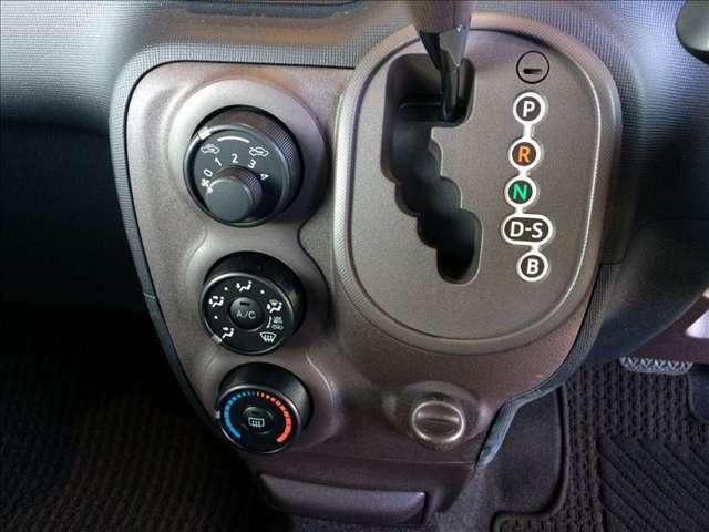 ミッションは、CVTを採用しています。滑らかで変速ショックが少ない走りが特徴です。低燃費にも貢献しています★☆★☆