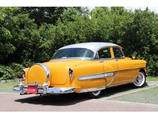 生産が始まったのは1953yからでこちらの車輛は珍しい4ドアタイプのベルエアになります。