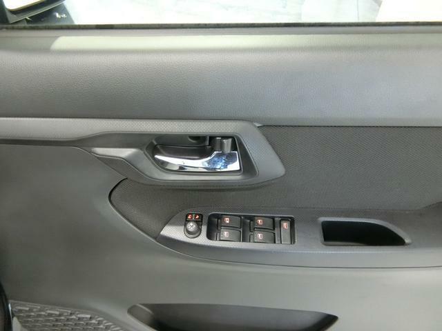 ウィンドウやミラーの操作スイッチです。運転席の手元から近く操作しやすいです。