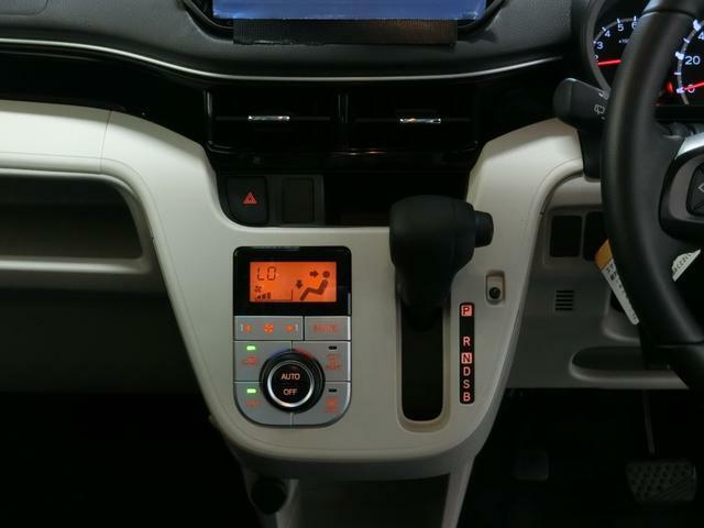 設定温度に合わせて車内温度を調整するオートエアコンを装備しています。