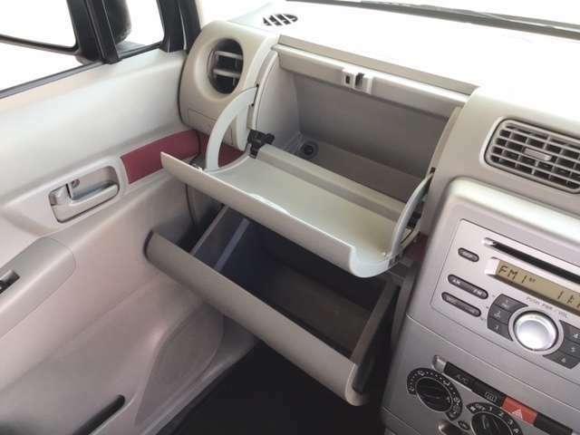 助手席座面下には収納箇所