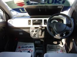 【内装】「使いやすさ」を追求したシンプルな運転席回り!足元をスッキリさせるために「コラムシフト」を採用しています!