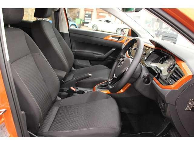 座席は黒を基調としており、パネルのオレンジとのコントラストがオシャレです◎