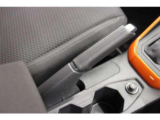 サイドブレーキは運転席横にあるハンドブレーキ式となっております。