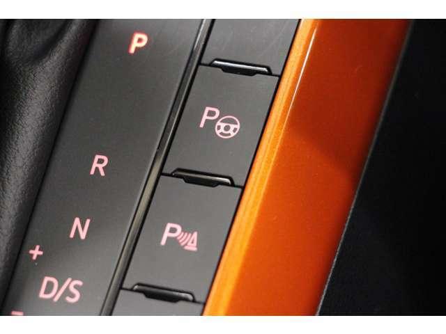 ステアリング操作を自動で行う駐車支援システムや、駐車時に障害物を検知すると音でお知らせしてくれる機能が備わっております。