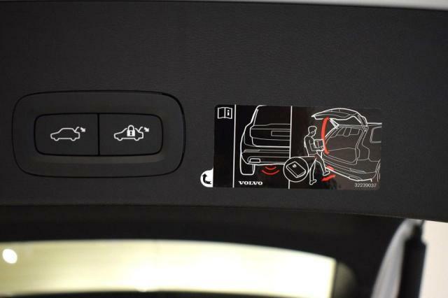 便利なハンズフリ-オ-プニング機能!両手に荷物をもってテ-ルゲ-トを開けたいときにも、リモ-トコントロ-ルキ-を持っていればテ-ルゲ-ト下に足をかざすだけで開閉。