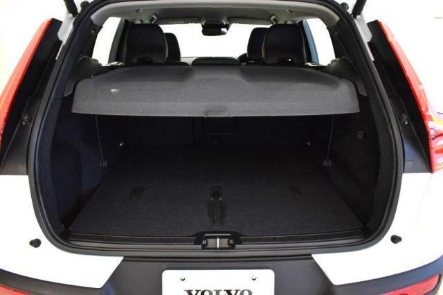 窓から荷物を覗かれても安心の、トランクカバー付いております。たくさん荷物を積むときは、取り外すことも可能です。