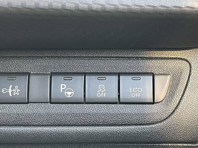 パーキングハンドルアシスト機能が装備されております。縦列駐車のハンドル操作を自動で実施します。