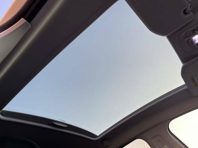 スタイリッシュガラスルーフ装備です。車内も明るくなります。