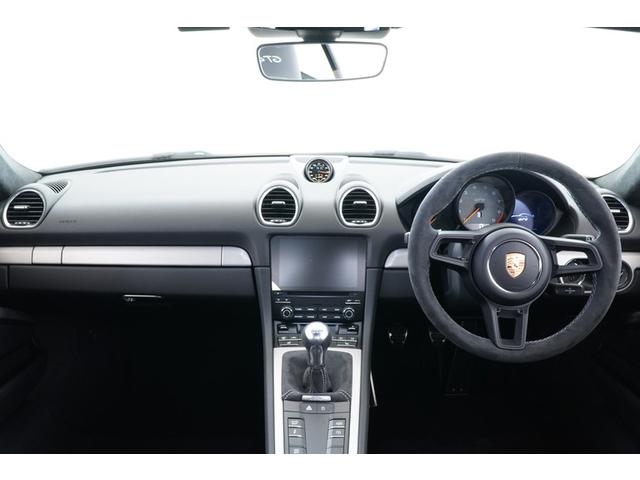 運転席からの眺めです。適度にタイトな設計でスポーツカーらしい車内空間です。