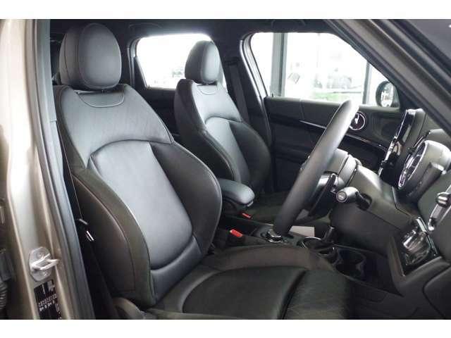高額なオプションのレザーシートが付いてます。電動シート、シートヒーターも付いてます。MINIのシートヒーターは暖まるのも早いんです