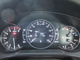 メーター部には、さまざまな情報を表示するMIDマルチインフォメーションディスプレイをメータースペ-スに装備。i-DM、瞬間燃費、走行可能距離、平均燃費、平均車速などの情報をひと目で確認できます。