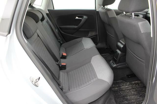 リヤシートは見た目以上に足元に余裕があり快適です。