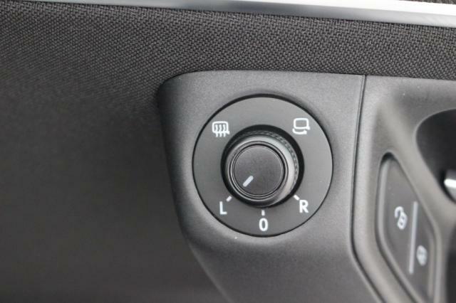 運転席ドアに設置されている電動格納式リモコンドアミラー操作スイッチ。ヒーター機能付きです。