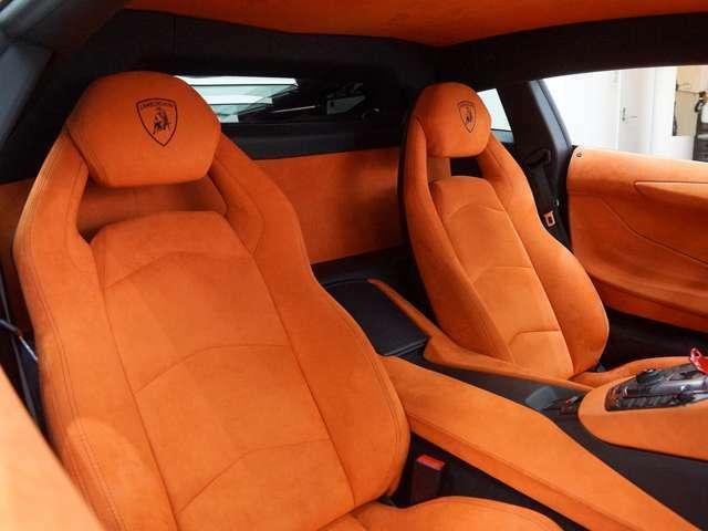 オレンジで統一されたアルカンターラのシート。ヘッドレストにエンブレムが施されています。
