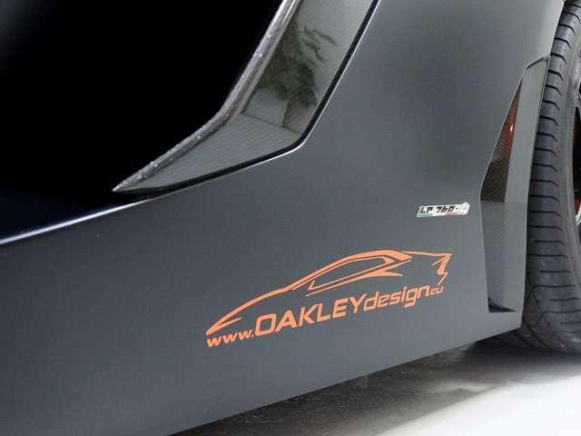 オークリーデザインのステッカーとLP760-4のエンブレムを装備。