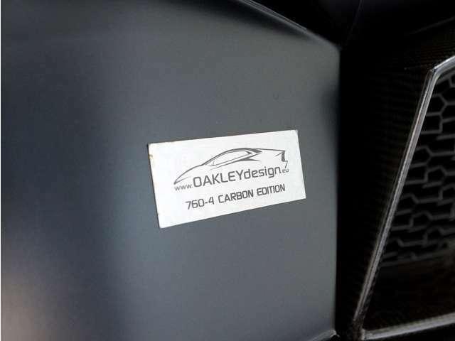 オークリーデザインのエンブレムが付いています。