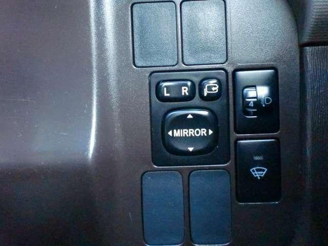 ヘッドライトの照軸を上下に調整できます!また、フロントガラス熱線スイッチもこちらにあります!