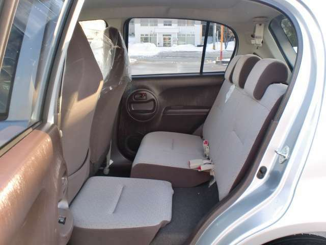 リヤシートの座面が可動できるようになっています!足元の隙間がなくなる事で大きな物もバランスよく積むことができます!