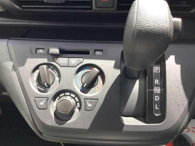 シンプルなシフト廻り運転席、助手席シートヒーター内蔵!