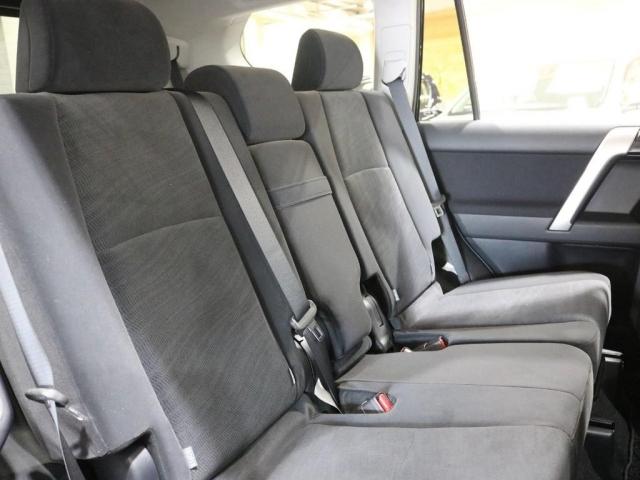 セカンドシート!大人がゆったりと座れるスペースがございます!また、ISOFIXも付いておりますのでチャイルドシートの取り付けも問題ございません!