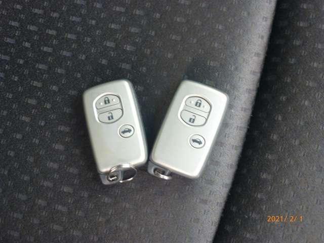 スマートキー装備のお車です!!バッグやポケットの中にキーを入れておくだけで、ドアロックやエンジン始動の楽々操作が可能です!!