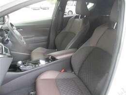 【フロントシート】 上級ファブリック(ブラック)+本革シート(ブラウン) 高級感があります♪
