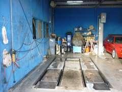 自社工場:4輪アライメント、リフト×2、タイヤチェンジャー等完備。ご購入後のアフターメンテナンスもお任せ下さい!!