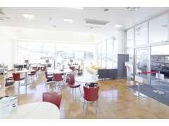 店内には丸テーブルを配置しカフェの様な空間に仕上げました☆退屈な時間になってほしくない為、TVや雑誌などもご用意しました!