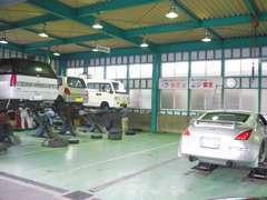 自社提携整備工場にて、100項目以上にも及ぶ点検整備で徹底的にチェックして納車致します。