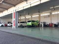 サービス工場併設。ご購入後のメンテナンスも迅速に対応させていただきます。お車の販売だけでなく、整備もお任せください。