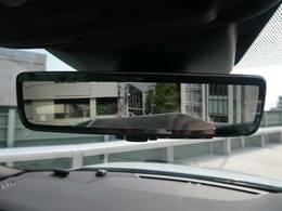 【クリアサイトインテリアリアビューミラー】は車体に装備したカメラによって、後方の映像がミラーに映し出されます。ミラーユニット下部のスイッチで簡単にモード切替も可能です。