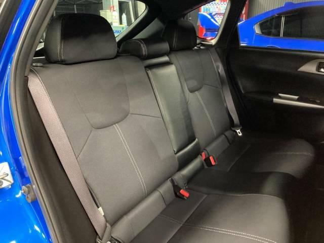 足元にお荷物を置いてもゆとりのある空間で、ロングドライブでも快適にお過ごしいただけます。