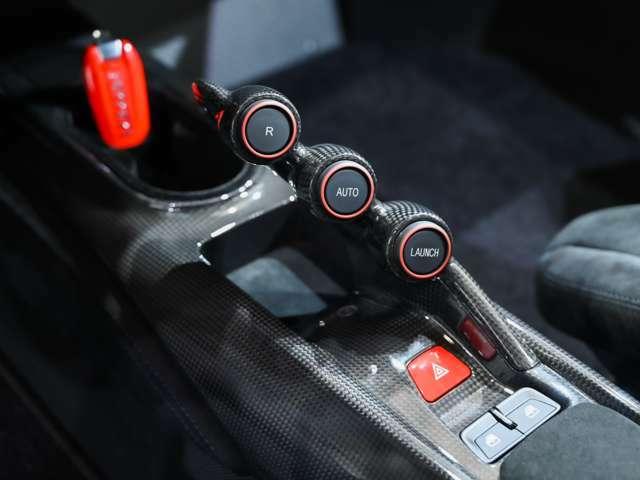 センターブリッジはカーボン製で、LaFerrariのコンソールをモチーフとしたデザインとなっています。リバース・スイッチ、ローンチコントロールなどが配置されています。