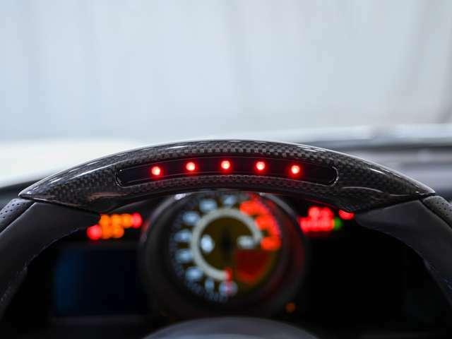 人気オプションのLED付カーボン・ステアリングを装備しております。LEDの点灯によりエンジン回転数の上昇を表示し視覚的にシフトチェンジのタイミングを計ることが可能となっています。