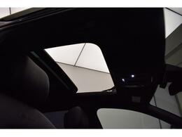 ●パノラマサンルーフ【室内を開放感溢れる空間を作り出してくれます。】