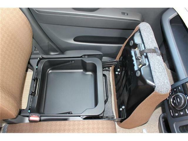 助手席下には収納があります♪車内もすっきり整頓できますね♪