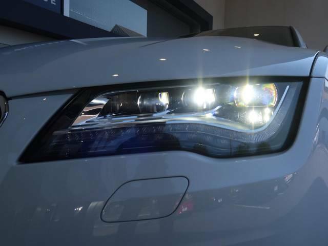 ●LEDヘッドライト:ハロゲンの数倍の明るさを誇る高寿命LEDヘッドライトで、安全運転を支える良好な視界を!   オプション参考価格28万円