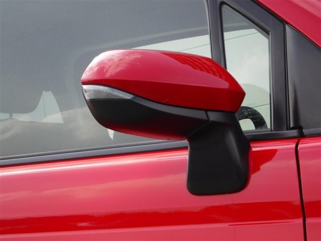 視認性の良いターンランプ付きドアミラー。 周りからどっちに曲がるか判りやすくなって安全性が向上しますね。 スタイリッシュなデザインで人気の装備です。