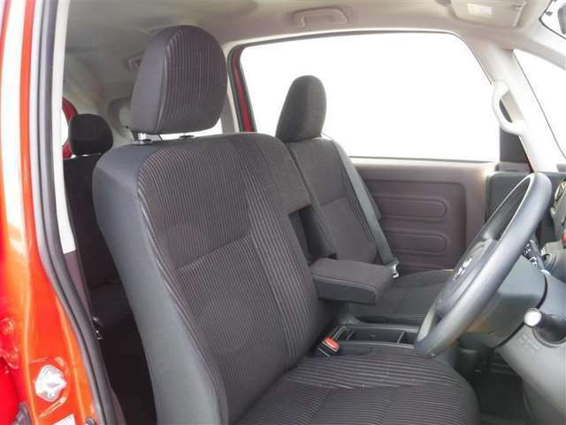 アームレスト付きで運転するときも快適♪助手席の方もゆったりリラックス(^^♪長時間のドライブも疲れにくいフロントシートです