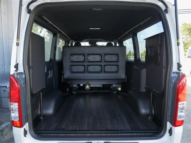 前側にシートを2脚スライドすると広々カーゴスペースが生まれます