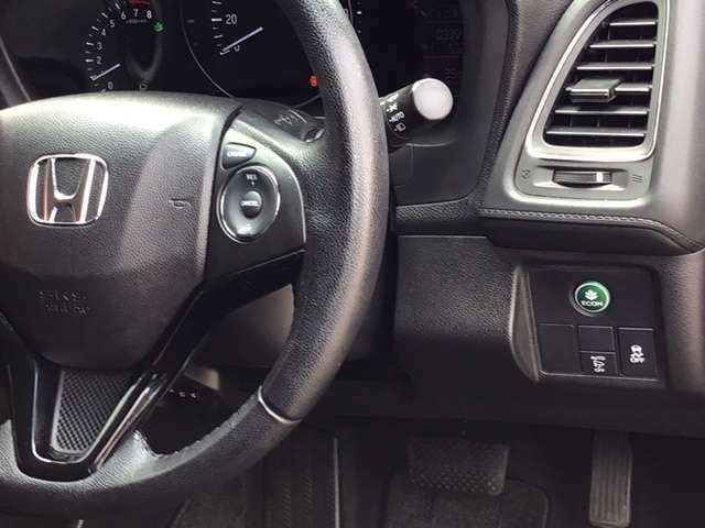 燃費を良くするECON、横滑りを防止するVSA等のスイッチは運転席の右側、手の届きやすい位置にあります。