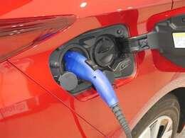 専用の充電コードを家庭用コンセントと車につなぐだけで充電スタート!(ご自宅の配線工事が必要な場合があります)