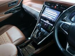 ブラウンカラーのレザーシートが装備されております!高級感がアップし、乗り心地もよくなります!!メモリ機能付き!
