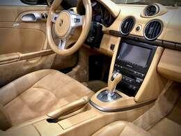 アルカンターラとレザーのコンビシートには【シートヒーター】が搭載。