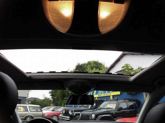 サンルーフも装備!本当に装備が充実してます!ガラスのみの状態でもオープンの状態でもお楽しみ頂けます!天気のいい日はオープンにして風を感じながらのドライブ!なんて良いんじゃないですか♪