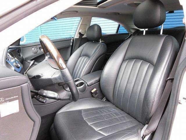前席ブラック本革シートになります!当社では内装にとことん拘った車しか仕入れ販売しておりませんので当然キレイな状態です!グッドコンディションですよ!