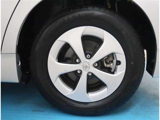 【タイヤ・ホイール】195/65R15サイズの純正アルミホイールです。タイヤ溝は約7mmになります。