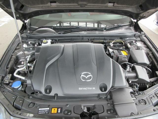 ディーゼルエンジンの力強さとガソリンエンジンのレスポンスの良さを併せ持つ新世代のエンジン『SKYACTIV-X』。そこにマツダ独自のエネルギー回生システム『Mハイブリッド』を組み合わせた、未来のための